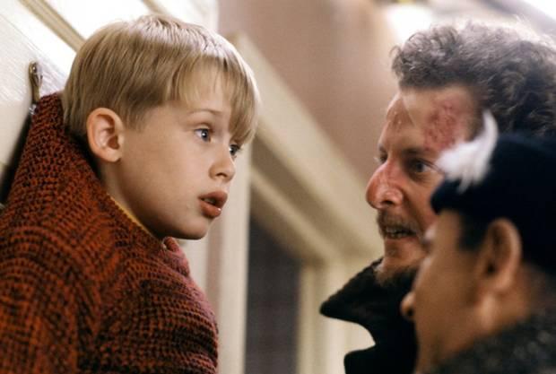 """Ak filmári chceli, aby mal Culkin pri natáčaní strach, museli sa herci naozaj snažiť. V prvom dieli Culkina zavesil Joe Pesci na vešiak a povedal: """"Odhryznem ti všetky prsty, jeden po druhom,"""" spomínal Culkin. """"A počas jedného natáčania mi naozaj zahryzol do prstu, až mi tiekla krv."""""""