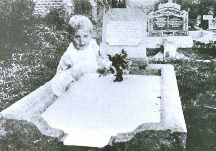 Pani Andrewsová bola na návšteve hrobu svojej dcéry na cintoríne v Queenslande v Austrálii. Jej dcéra zomrela rok predtým vo veku 17 rokov. Popri návšteve si jej hrob odfotila, ale nestalo sa tam nič zvláštne. Po vyvolaní filmu sa však na fotografii objavil obraz malého dievčatka. Pani Andrewsová vyvrátila, že by sa mohlo jednať o jej dcéru v útlom veku a vyvrátila aj to, že by sa počas jej návštevy hrobu nachádzali v okolí nejaké deti. Prípad si zobral pod mušku austrálsky paranormálne bádateľ Tony Healy, ktorý šiel hrob preskúmať. Zistil, že v okolí tohto hrobu sa nachádzajú dva hroby detí, ktoré zomreli v takomto nízkom veku. Bolo to teda jedno z nich?