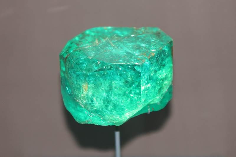 3. Drahé kamene, ako smaragd či akvamarín, obsahujú berýlium. Jeho značka je: