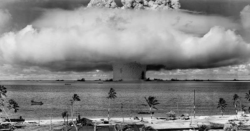 15. Einsteinium je prvok, ktorý bol objavený až pri teste termonukleárnej bomby. Je silne rádioaktívny a jeho využitie je nulové. Má značku: