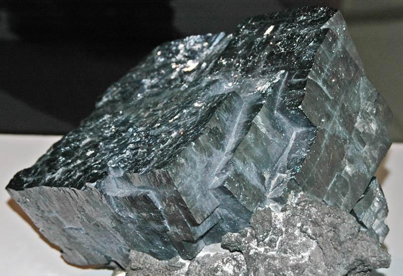 2. Tento kov je pre organizmy vysoko toxický. Niet divu, keď vznikol rozpadom uránu. Má značku Pb. Je to:
