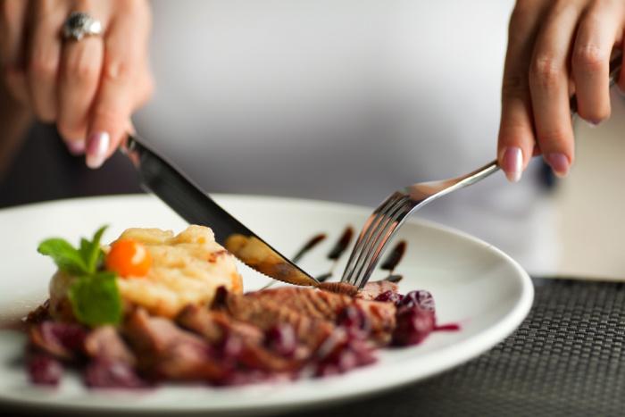 Ako má byť správne umiestnený príbor, ak ste dojedli svoje jedlo?