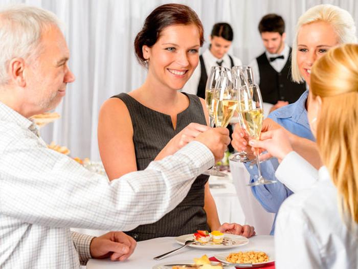 Ste na večeri s obchodnými partnermi. Hostiteľ práve ukončil prípitok. Čo by ste mali urobiť predtým ako sa napijete?