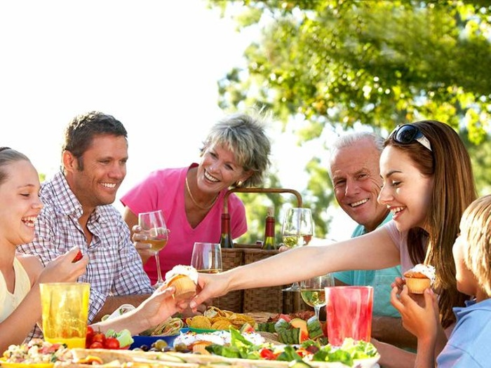 Čo by ste mali urobiť, ak chcete ochutnať jedlo, ktoré je na druhom konci stola?