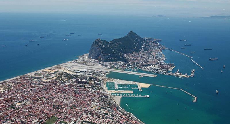 Gibraltár oddeľuje Španielsko od: