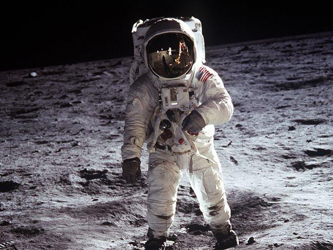 V ktorom roku sa Neil Armstrong prechádzal po Mesiaci?