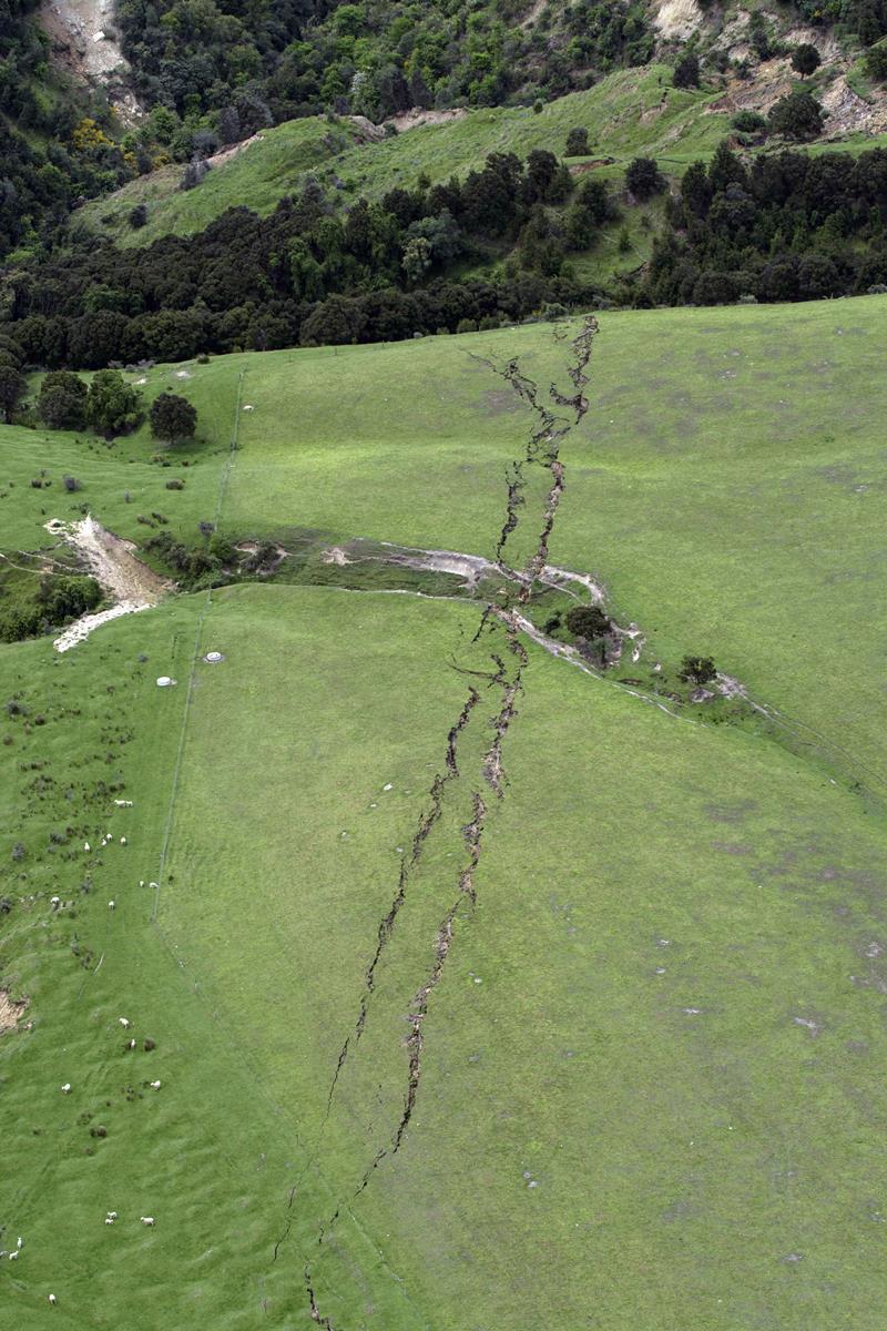 KK27 Kaikoura - Na snímke trhliny v po¾nohospodárskej pôde po zemetrasení 14. novembra 2016 neïaleko novozélandského mesteèka Kaikoura. Nové silné zemetrasenie s magnitúdou 6,2 zasiahlo v pondelok Južný ostrov Nového Zélandu. Došlo k nemu nieko¾ko hodín po tom, ako si silnejšie zemetrasenie vyžiadalo dve obete na životoch a spôsobilo škody na budovách a infraštruktúre na východnom pobreží Južného ostrova. FOTO TASR/AP Cracks in farmland around Conway near Kaikoura, New Zealand, are seen after a powerful earthquake, Monday, Nov. 14, 2016. A powerful earthquake that rocked New Zealand on Monday triggered landslides and a small tsunami, cracked apart roads and homes, but largely spared the country the devastation it saw five years ago when a deadly earthquake struck the same region. (David Alexander/SNPA via AP)