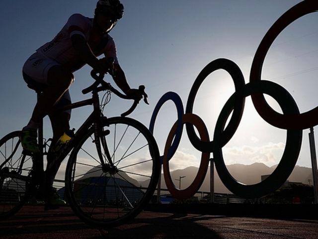 Akej farby je pravý spodný kruh na logu Olympijských hier?