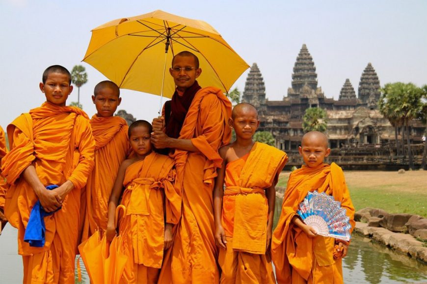 Kambodža – Angkor Wat a mnísi