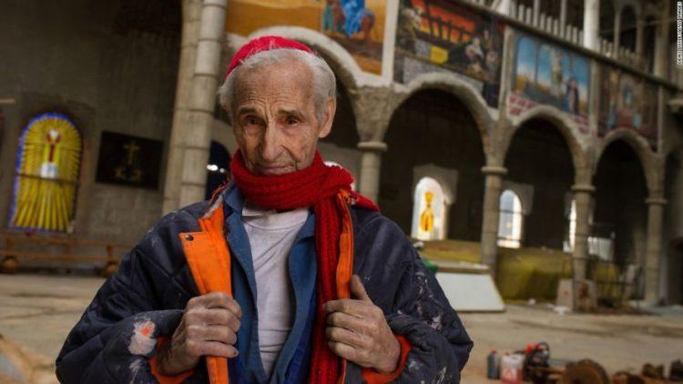 Muž ve svých 91 letech skoro bez pomoci staví vlastní katedrálu už 50 let