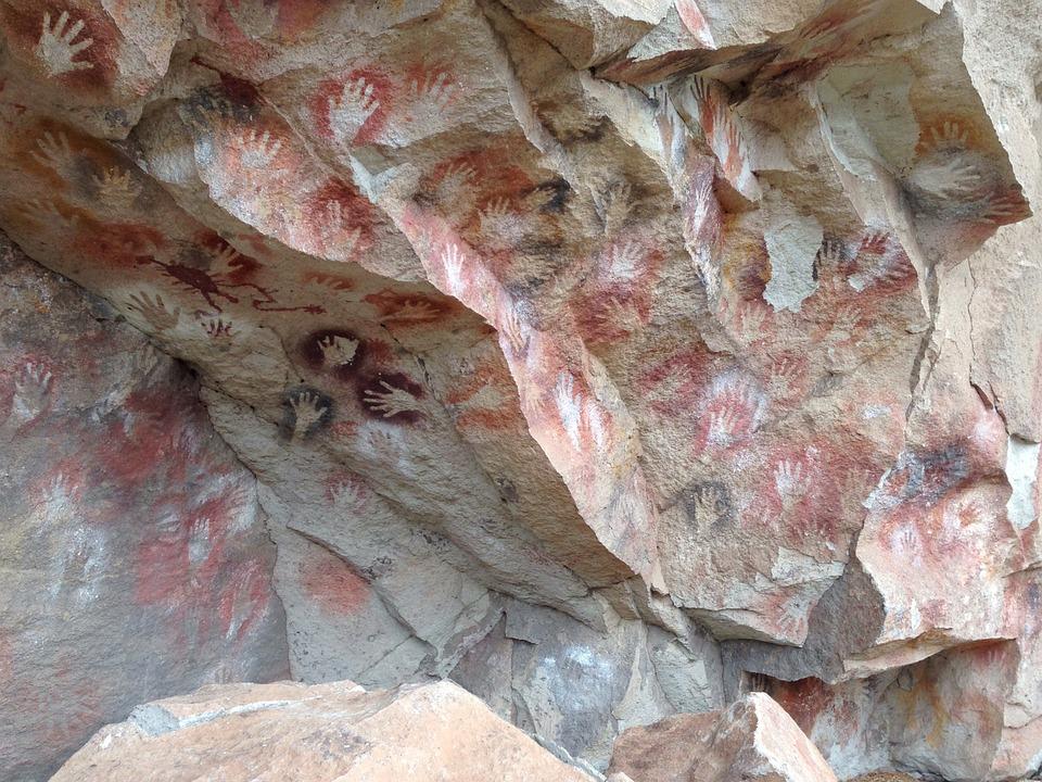 V ktorej jaskyni by ste našli najstaršie jaskynné kresby staré približne 5 až 6 tisíc rokov?