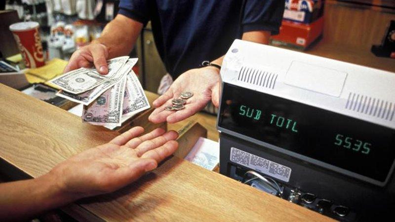 Muž vojde do obchodu a ukradne 100€ bankovku z pokladne, čo si majiteľ nevšimne. Potom spraví nákup v hodnote 70€, ktorý zaplatí stoeurovou bankovkou a majiteľ mu vydá 30€. O koľko peňazí prišiel majiteľ obchodu?