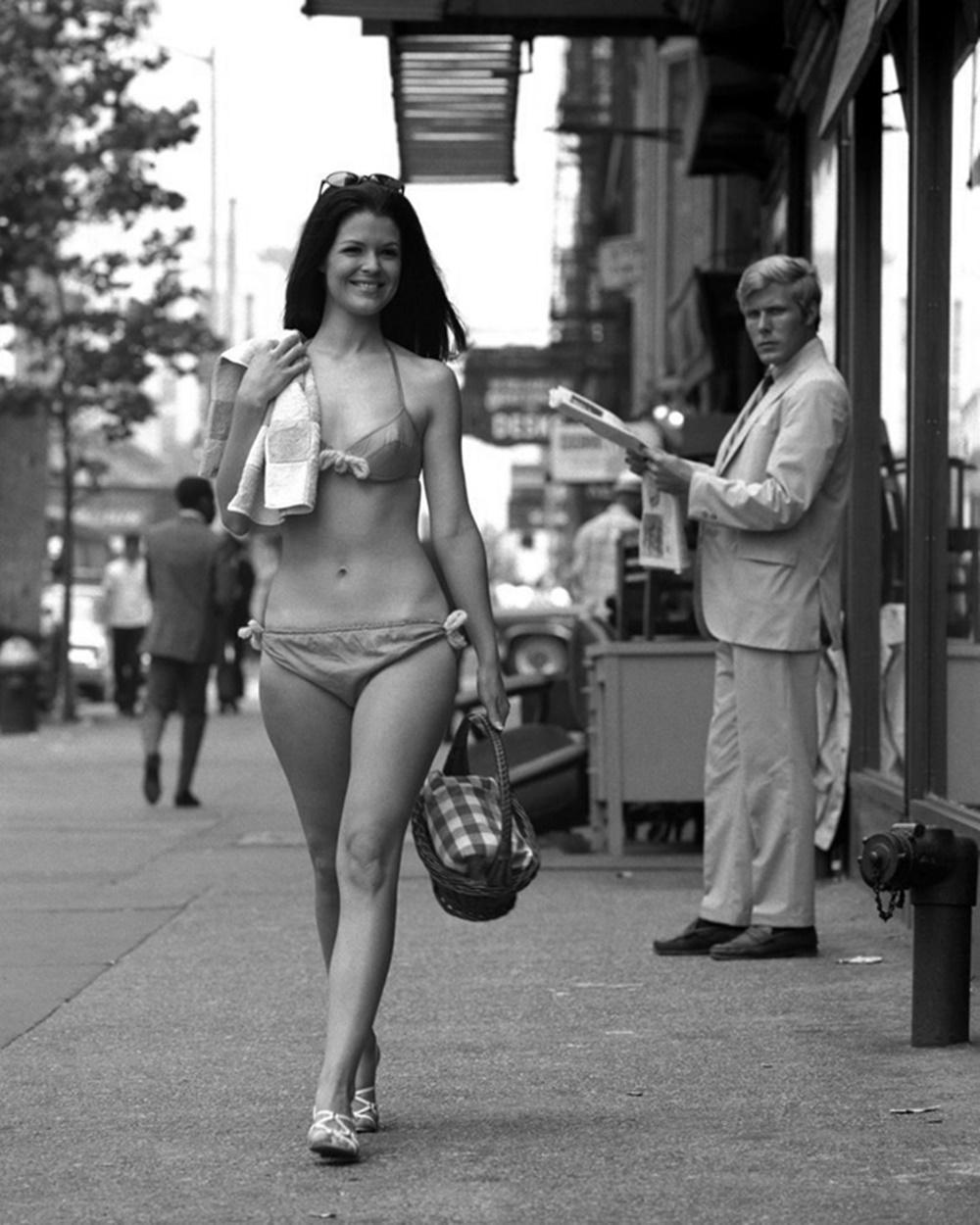 Видео голые ходят по улице занятиях балетом видео