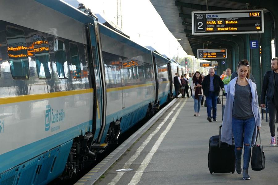 6ffbcd18a97 Na snímke zmodernizová jednotka SC 241 Pendolino Košičan počas jazdy na  železničnej stanici v Žiline, Foto: TASR – Erika Ďurčová