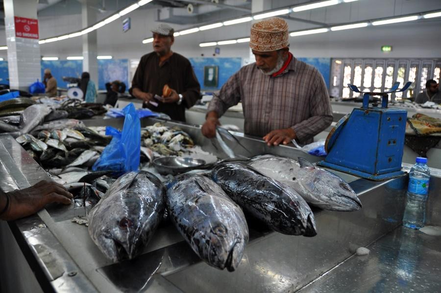 Trh s rybami v meste Mutrah