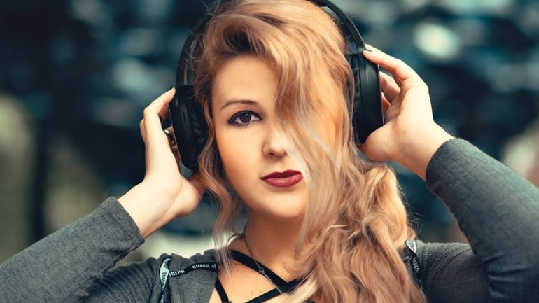 Je dobré počúvať hudbu popri práci?