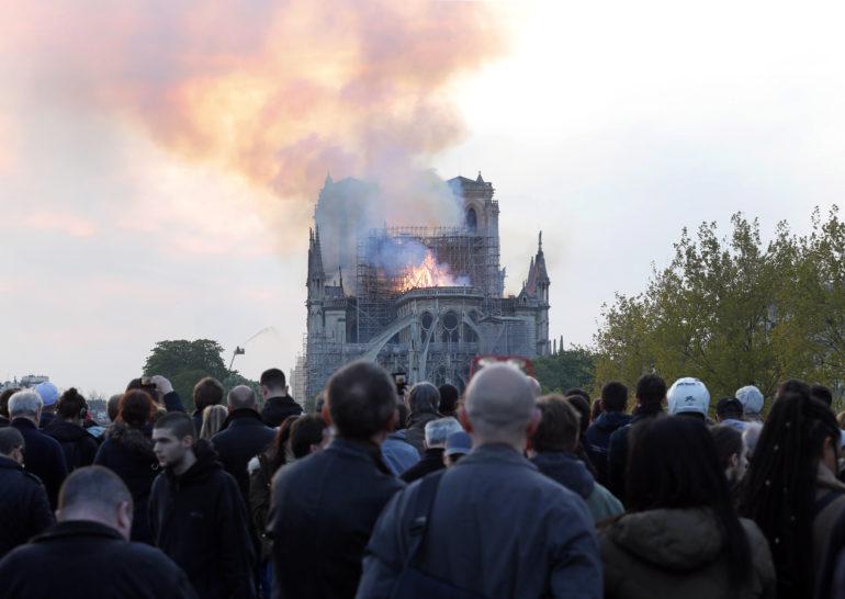 Katedrála Notre-Dame v Paríži počas požiaru
