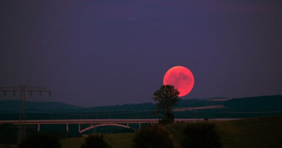Ružový Mesiac budeme môcť pozorovať dnes, 19. apríla