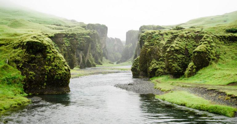 Islandský kaňon Fjaðrárgljúfur sa zatvára pre nápor turistov
