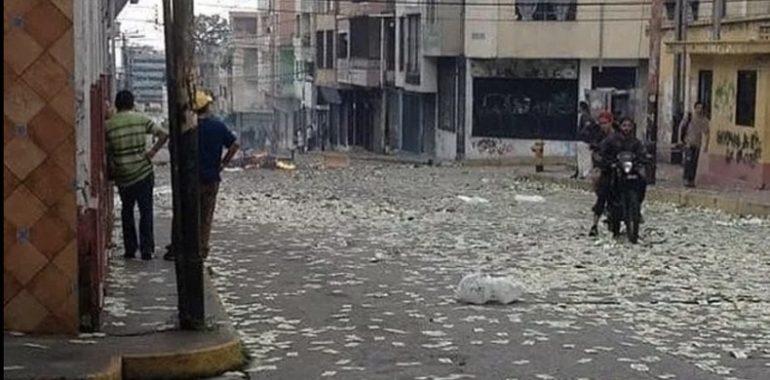 Vo Venezuele sa po zemi váľajú peniaze