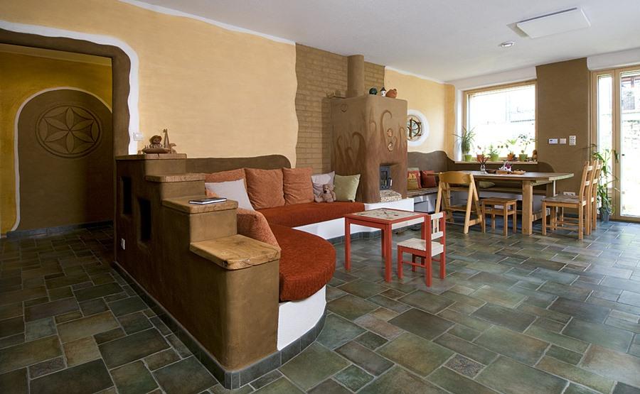 Ekologický dom zo slamy a hliny zvnútra