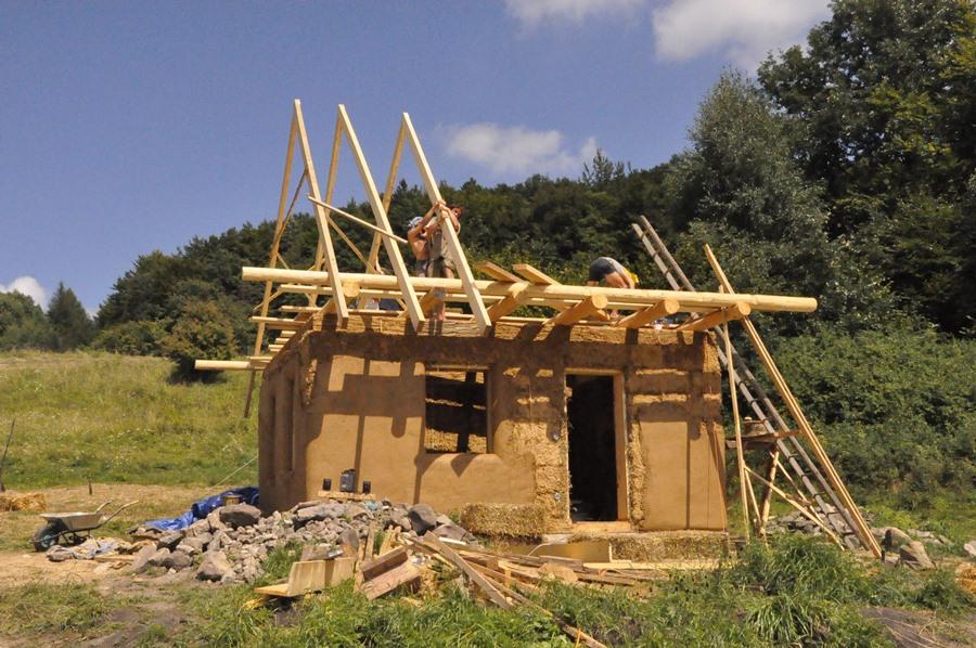 Stavba ekologického domčeku zo slamy a hliny