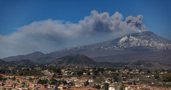 Sopka Etna opäť chŕli lávu a popol