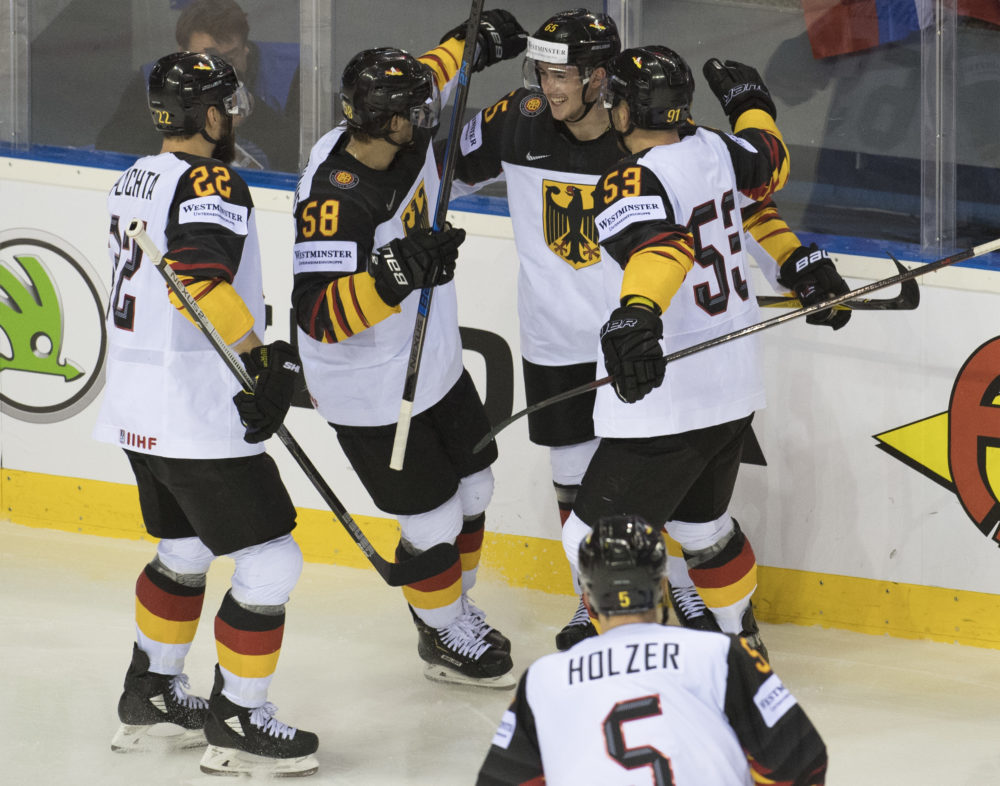 Nemeckí hokejisti po strelení prvého gólu