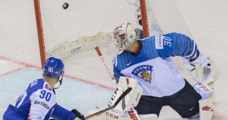 Fínsky brankár inkasuje prvý gól od našich hokejistov