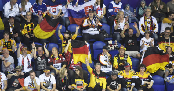 Nemeckí a slovenskí fanúšikovia počas zápasu Nemecko - USA