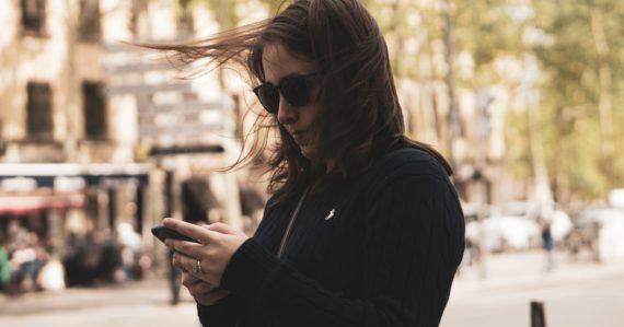 žena drží mobil