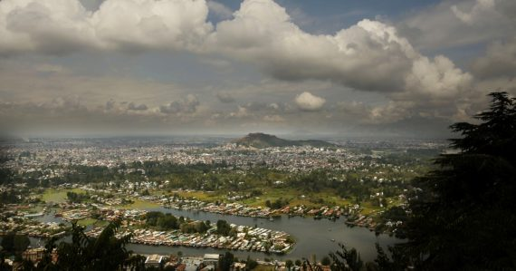 Na leteckej snímke pohľad na jazero Dal v indiou kontrolovanom kašmírskom Šrínagare