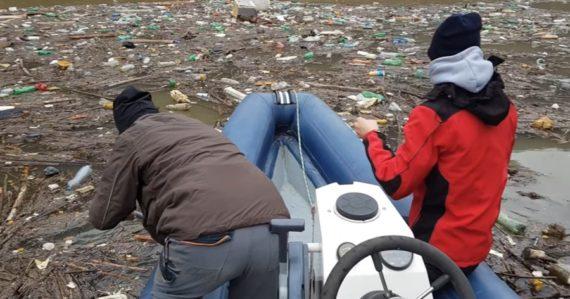 Plasty, ale aj staré chladničky. Hladinu Ružína pokrylo obrovské množstvo odpadu z čiernych skládok