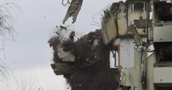 Druhý deň demolácie bytovky v Prešove
