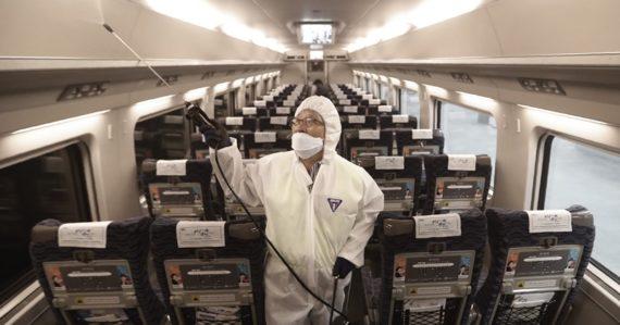 Čína uzavrela ďalšie mestá, od sveta odrezala 25 miliónov ľudí. V epicentre nákazy stavajú špeciálnu nemocnicu