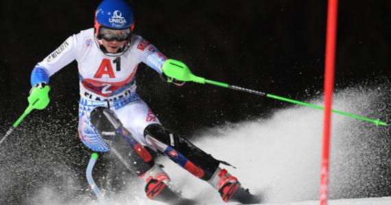 Petra Vlhová na trati počas nočného slalomu v rakúskom Flachau