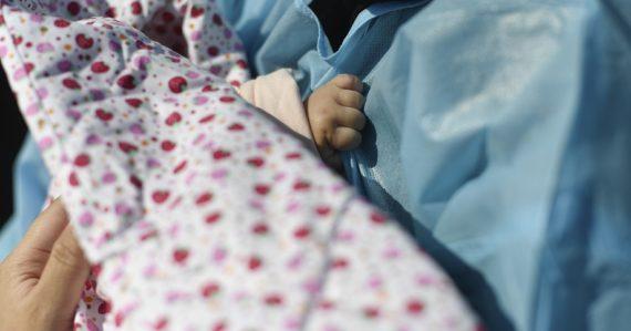 Bábätko sa narodilo žene nakazenej koronavírusom. Po takmer troch týždňoch sa vyliečilo samo