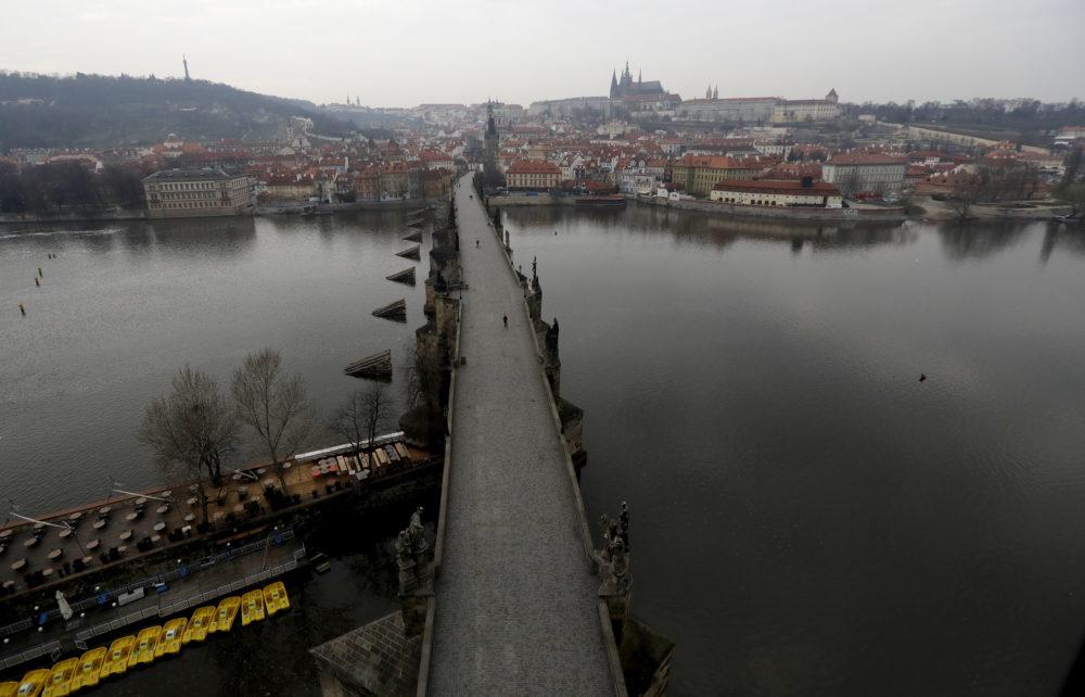 Takmer prázdny Karlov most v Prahe
