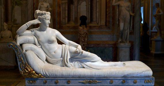 Turista poškodil 200-ročnú sochu. Sadol si na ňu, aby sa mohol odfotiť