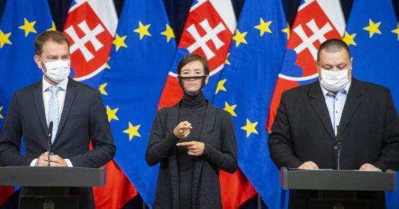 Zákaz vychádzania a zatváranie škôl. Krízový štáb schválil na Slovensku čiastočný lockdown