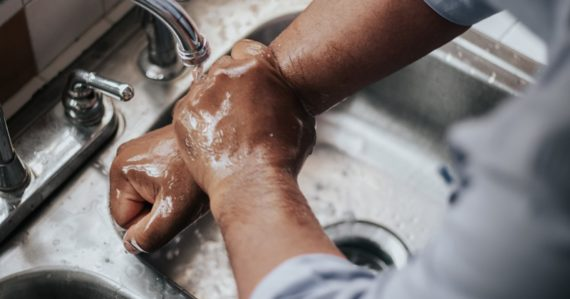 Vedci odpovedajú na otázku, či časté umývanie rúk oslabuje našu imunitu