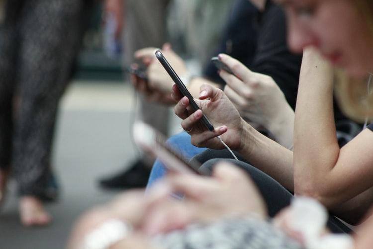 Človek držiaci smartfón