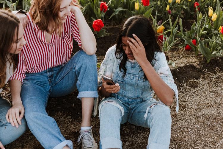 Skupina dievčat na telefóne