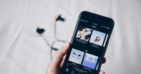 Podcasty už nebudeme len počúvať, ale aj pozerať. Spotify začne vo veľkom produkovať filmy a seriály