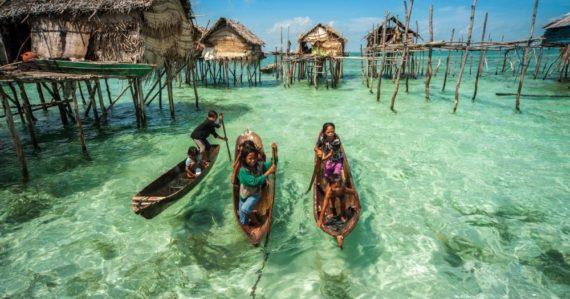 Vodní ľudia z kmeňa Bajau žijú celý život na oceáne. Ponárajú sa do hĺbky 60 metrov a dych zadržia aj na 13 minút