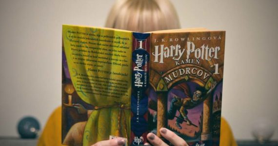 Tá, čo dala Slovákom Harryho Pottera: Rozhovor s prekladateľkou, ktorá príbehy o čarodejníkovi čítala medzi prvými