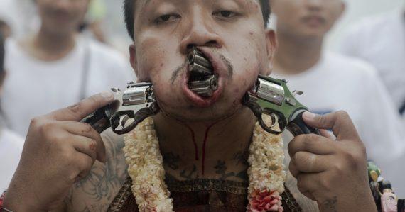 Festival vegetariánov: Líca a jazyk si prepichujú rôznymi predmetmi, dokonca cez kožu prevlečú detský bicykel