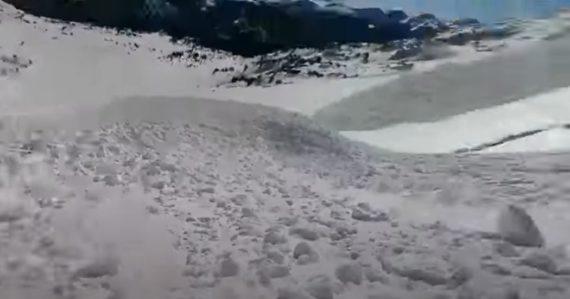 Bloky snehu pripomínali rozburácanú rieku. Snowboardista prežil pád lavíny a natočil to na video
